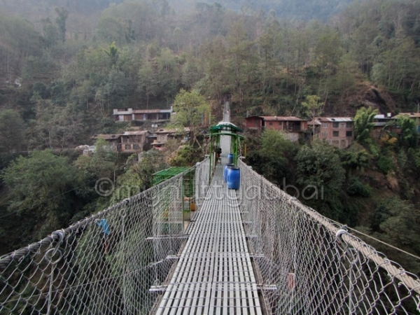 Connecting one side of the ravine to the other (Nepal)